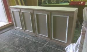 Mueble fabricado a medida en dm y lacado en blanco,con puertas abatibles.