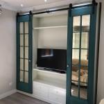 Mueble lacado con puertas de granero